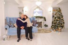 Cabeza de la familia, ayuda de las necesidades del hombre y amor de la familia grande feliz, Imágenes de archivo libres de regalías