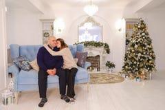 Cabeza de la familia, ayuda de las necesidades del hombre y amor de la familia grande feliz, Imagenes de archivo