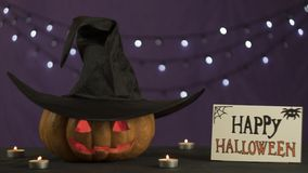 cabeza de la Jack-o-linterna con las velas ardientes imagen de archivo libre de regalías