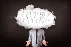 Cabeza de la nube del hombre de negocios con la pregunta Foto de archivo libre de regalías