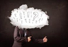 Cabeza de la nube del hombre de negocios con la pregunta y las marcas de exclamación Foto de archivo