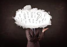 Cabeza de la nube del hombre de negocios con la pregunta y las marcas de exclamación Foto de archivo libre de regalías
