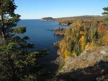 Cabeza de la palizada en la orilla del norte del lago Superior Foto de archivo