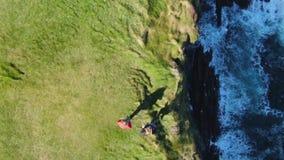 Cabeza de lazo en el condado Clare en Irlanda - cantidad aérea del abejón almacen de metraje de vídeo