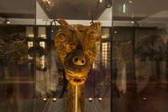 Cabeza de madera atractiva del dragón del trabajo en el museo de la nave de vikingo Fotografía de archivo libre de regalías