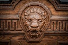 Cabeza de madera grande del león en la puerta principal Imagen de archivo