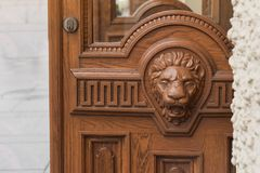 Cabeza de madera grande del león en la puerta principal Fotos de archivo libres de regalías
