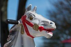 Cabeza de un caballo viejo del carrusel o de un caballo mecedora de fichas Foto de archivo libre de regalías