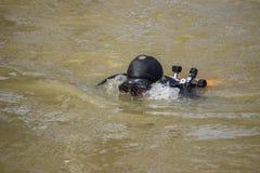 Cabeza del buceador con el sistema del equipo de submarinismo Foto de archivo