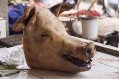 Cabeza del cerdo en el mercado del extremo de Tomohon imágenes de archivo libres de regalías