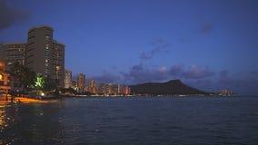 Cabeza del diamante y playa del waikiki en una noche de verano metrajes