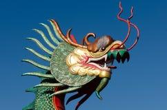 Cabeza del dragón con el cielo azul Imagen de archivo libre de regalías