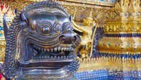 Cabeza del león de cobre amarillo camboyano en kaew del phra del wat , Bangkok, Tailandia Imagen de archivo libre de regalías