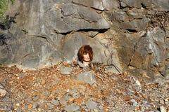 Cabeza del maniquí en rocas en la base de la montaña Fotos de archivo
