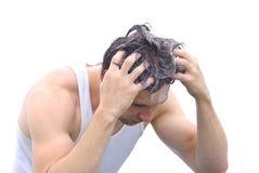 Cabeza del pelo del hombre que se lava joven con espuma del champú Imagenes de archivo