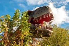 Cabeza enorme de un dinosaurio carnívoro gigante fotografía de archivo