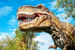 Cabeza enorme de un dinosaurio carnívoro gigante imágenes de archivo libres de regalías