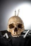 Cabeza esquelética de Halloween en ceremonia oscura Fotos de archivo libres de regalías