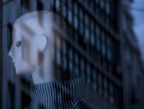 Cabeza femenina artificial del maniquí con arquitectura urbana de la ciudad con referencia a Fotografía de archivo libre de regalías