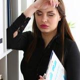 Cabeza femenina del control del vendedor de la oficina cansada con el brazo imagenes de archivo