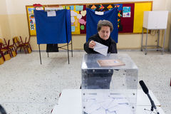 Cabeza griega de los votantes a las encuestas para la elección general 2015 Imágenes de archivo libres de regalías