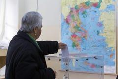 Cabeza griega de los votantes a las encuestas para la elección general 2015 Foto de archivo libre de regalías