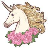 Cabeza hermosa del unicornio con las rosas Foto de archivo libre de regalías