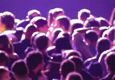 Cabeza humana en un concierto en luz púrpura Fotografía de archivo