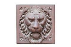 Cabeza marrón de madera del león del vintage aislada en el fondo blanco Lion Head Sculpture Árbol de madera de sculpture Fotografía de archivo