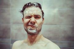 Cabeza que se lava del hombre joven Fotos de archivo
