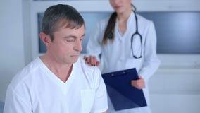 Cabeza que se sostiene paciente masculina apenada almacen de video