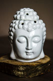 Cabeza ritual espiritual de la meditación de Buda en viejo fondo de madera Imagenes de archivo