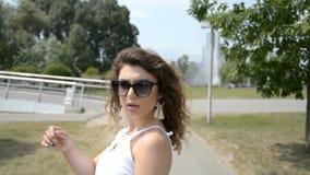 Cabeza trasera de la mujer de la visión con el pelo rizado almacen de metraje de vídeo