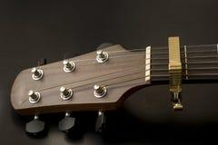 Cabezal, bord del traste, trastes, sintonizadores de la guitarra acústicos Imágenes de archivo libres de regalías