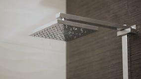 Cabezal de ducha en el goteo del cuarto de baño almacen de metraje de vídeo