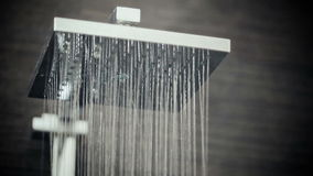 Cabezal de ducha en el goteo del cuarto de baño almacen de video
