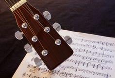 Cabezal de la guitarra con partitura Fotografía de archivo libre de regalías