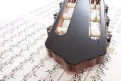 Cabezal y notas de la guitarra del primer Foto de archivo