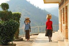 Cabezas africanas de Carry Cement Mix On Their de las mujeres Fotos de archivo libres de regalías