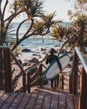 Cabezas de Burleigh que practican surf fotos de archivo