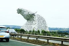 Cabezas de caballo visibles a distancia, Kelpie cerca de Falkirk en Escocia, Reino Unido imagenes de archivo