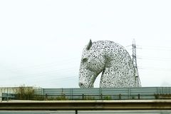 Cabezas de caballo visibles a distancia, Kelpie cerca de Falkirk en Escocia, Reino Unido imagen de archivo