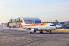 Cabezas de Iberia Airbus hacia el terminal Imagenes de archivo