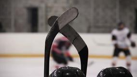 Cabezas de los jugadores del hockey sobre hielo que miran el partido activo en la pista, para cambio que espera almacen de metraje de vídeo