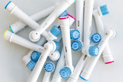 Cabezas electrónicas del cepillo de dientes en blanco Imágenes de archivo libres de regalías