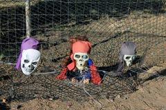 Cabezas esqueléticas del pirata que salen de la tierra foto de archivo libre de regalías