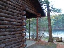 Cabin俯视的湖 免版税库存图片