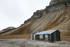 Cabin and cliffs in Skansbukta, Svalbard Royalty Free Stock Photos