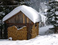 Cabin in snowy forest Royalty Free Stock Photography