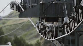 Cabina aérea de la elevación que monta sobre árboles verdes en montañas rocosas metrajes
